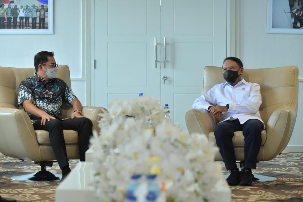 Menteri Pemuda dan Olahraga Republik Indonesia (Menpora RI) Zainudin Amali menerima kunjungan Bupati Minahasa Utara, Sulawesi Utara, Joune J. E. Ganda di ruang kerjanya lantai 10, gedung Kemenpora, Jakarta Pusat, Selasa (6/4). (foto:bagus/kemenpora.go.id)