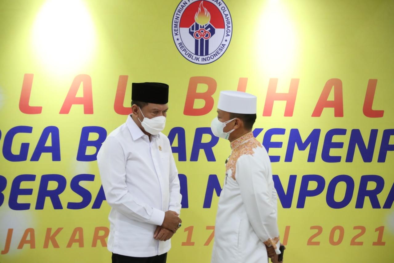 Zainudin Amali menggelar halalbihalal secara virtual dan bertemu secara terbatas bersama jajarannya di Wisma Kemenpora, Jakarta, Senin (17/5). Kegiatan silaturahmi secara daring dilakukan demi menekan penyebaran virus Covid-19. (foto:rayki/kemenpora.go.id)