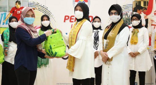 Dharma Wanita Persatuan (DWP) Kemenpora menggelar bakti sosial dengan memberikan paket sembako kepada tenaga honorer di lingkungan Kemenpora. Adapun bantuan sembako yang disalurkan sebanyak 287 paket.(foto:putra/kemenpora.go.id)