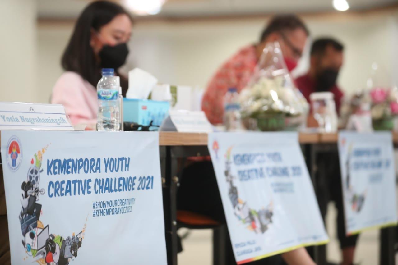 Kemenpora Youth Creative Challenge 2021 telah memasuki fase penjurian setelah berakhir pada 20 Mei kemarin. Proses penjurian dalam kegiatan ini dilakukan secara transparan. Para peserta dapat mengikuti proses tahapan seleksi hasil karya mereka melalui virtual.(foto:rayki/kemenpora.go.id)