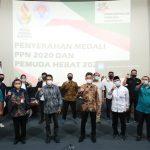 Kementerian Pemuda dan Olahraga Republik Indonesia (Kemenpora RI) menyerahkan medali Pekan Pemuda Nasional (PPN) 2020 dan Pemuda Hebat 2021 di Wisma Kemenpora, Jumat (28/5). Mereka mendapatkan penghargaan setelah menunjukkan kreativitasnya dalam kegiatan Pekan Pemuda Nasional. (foto:putra/kemenpora.go.id)