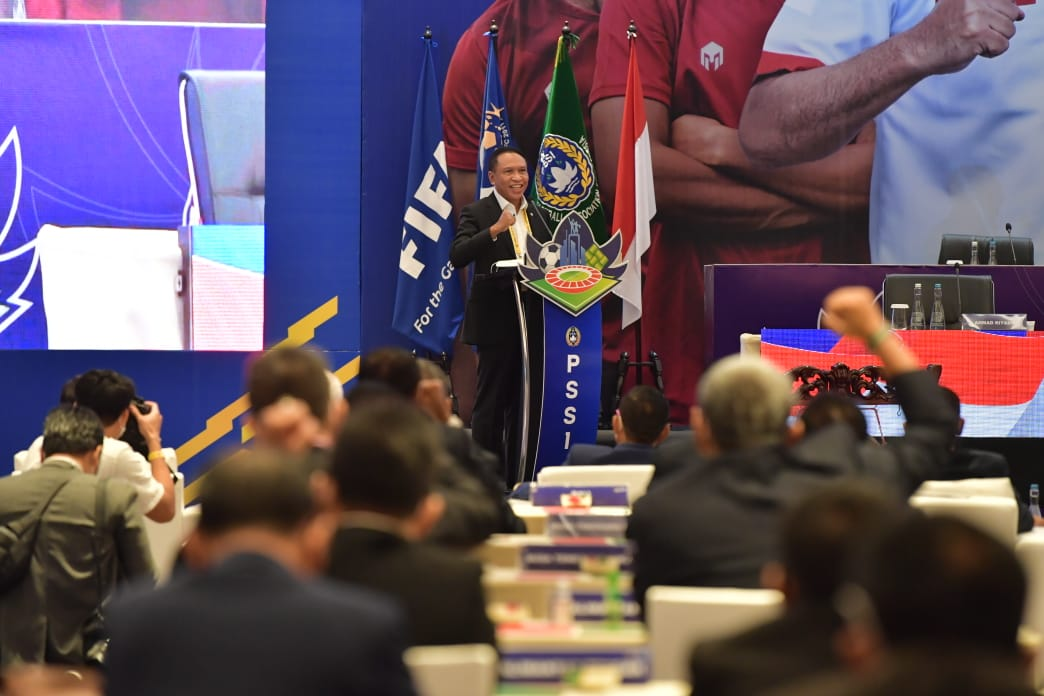 Kompetisi sepak bola Liga 1, Liga 2, dan Liga 3 kian menemui harapan. Menteri Pemuda dan Olahraga Republik Indonesia (Menpora RI) Zainudin Amali menjamin bahwa izin untuk bergulirnya kompetisi sepak bola nasional tersebut akan turun. (foto:bagus/kemenpora.go.id)